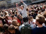 In Stockholm versammelten sich tausende Fans und Musiker, um des Verstorbenen zu gedenken. Avicii, mit bürgerlichem Namen Tim Bergling, zählte zu den erfolgreichsten DJs der Welt. (Bild: KEYSTONE/AP TT News Agency/FREDRIK PERSSON)