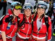 Nach dem harten Rennen im Ziel: Die Schweizerinnen Marianne Fatton (links), Florence Buchs (Mitte) und Deborah Chiarello (rechts). (Bild: KEYSTONE/JEAN-CHRISTOPHE BOTT)