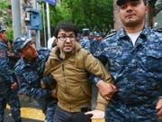 Die Polizei in Armenien führt zahlreiche Demonstranten bei Protestaktionen gegen die armenische Regierung ab. (Bild: KEYSTONE/AP PAN Photo/HRANT KHACHATRYAN)