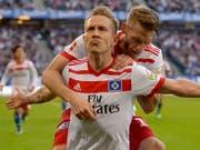 Dürfen nach dem Sieg gegen Freiburg wieder leise auf den Ligaerhalt hoffen: die Hamburger Spieler Lewis Holtby (vorne) und Aaron Hunt (Bild: KEYSTONE/AP dpa/AXEL HEIMKEN)