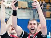 Winterthurs Marcel Hess stemmt den Cup-Pokal in die Höhe (Bild: KEYSTONE/CHRISTIAN MERZ)