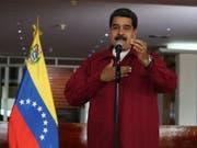 Der Präsident Venezuelas, Nicolás Maduro, spricht auf einer Pressekonferenz am Samstag am Flughafen von Caracas - kurz vor seiner Abreise nach Kuba, wo er dem neuen Präsidenten persönlich gratulieren will. (Bild: KEYSTONE/EPA EFE/MIGUEL GUTIERREZ)