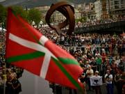 Tausende Menschen demonstrierten in Bilbao für bessere Haftbedingungen für verurteilte ETA-Mitglieder. (Bild: KEYSTONE/AP/ALVARO BARRIENTOS)