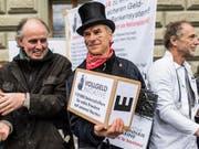 Zur Abstimmung über die Vollgeld-Initiative hat ein Aargauer eine Abstimmungsbeschwerde eingereicht. Im Bild: Als Berufsleute verkleidete Aktivisten bei der Einreichung der Initiative im Dezember 2015. (Bild: KEYSTONE/ALESSANDRO DELLA VALLE)