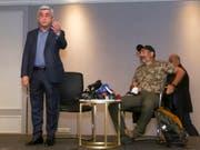 Armeniens Ex-Präsident und jetziger Regierungschef Sersch Sargsjan (l) beim Treffen mit Oppositionsführer Nikol Paschinjan (r), das er vor laufenden Kameras abbrach. Paschinjan wurde nach dem kurzen Treffen von der Polizei festgenommen. (Bild: Keystone/AP/HRANT KHACHATRYAN)