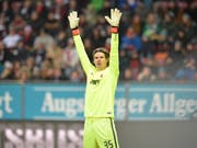 Der FC Augsburg mit Goalie Marwin Hitz schaffte bereits drei Runden vor Schluss den Klassenerhalt in der Bundesliga (Bild: KEYSTONE/EPA/TIMM SCHAMBERGER)