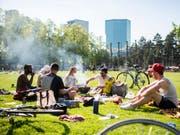 Wie Sommerferien im Frühling: Das sonnige Wetter lockte die Menschen ins Freie. Im Bild die Zürcher Josefwiese am Samstag. (Bild: KEYSTONE/ENNIO LEANZA)
