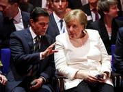 Der mexikanische Präsident Enrique Peña Nieto (links) unterhält sich bei der Eröffnung der Hannover Messe mit Kanzlerin Angela Merkel. (Bild: KEYSTONE/EPA/SRDJAN SUKI)