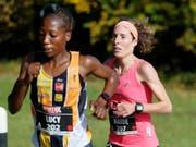 Maude Mathys (rechts) gewann den Zürich Marathon nach einer hervorragenden Leistung (Bild: KEYSTONE/PETER KLAUNZER)