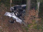 Ein Autofahrer ist in Appenzell Ausserrhoden von der Strasse abgekommen und 30 Meter tief in einen Wald gestürzt. (Bild: Kantonspolizei Appenzell Ausserrhoden)