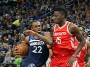 Clint Capela (rechts) muss mit den Houston Rockets in den NBA-Playoffs erstmals als Verlierer vom Parkett (Bild: KEYSTONE/AP/JIM MONE)