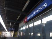 Zwei Männer und eine Frau wurden mit einer mutmasslichen Drogenüberdosis vom Bahnhof Freiburg ins Spital gebracht. Am Sonntag waren sie ausser Lebensgefahr. (Archivbild). (Bild: Keystone/PETER KLAUNZER)