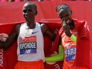 Sieger Eliud Kipchoge (links) und der drittplatzierte britische Laufheld Mo Farah (Bild: KEYSTONE/AP/KIRSTY WIGGLESWORTH)