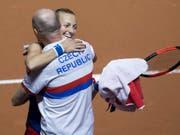 Petra Kvitova freut sich mit Captain Petr Pala (Bild: KEYSTONE/EPA/DANIEL KOPATSCH)