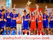 Die Volleyballer von Näfels freuen sich über den Meisterpokal (Bild: KEYSTONE/VALENTIN FLAURAUD)