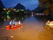 Chinesische Rettungsmannschaften konnten zahlreiche Vermisste nur noch tot bergen, nachdem es beim Training für das Drachenbootfest einen schweren Unfall gab. (Bild: KEYSTONE/AP CHINATOPIX)