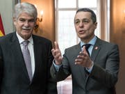 Bundesrat Ignazio Cassis (rechts) mit seinem spanischen Amtskollegen, Aussenminister Alfonso Dastis; am Montag in Bern. (Bild: KEYSTONE/AP Keystone/PETER SCHNEIDER)