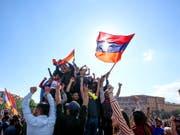 Jubel im Zentrum Eriwans nach dem Rücktritt von Regierungschef Sersch Sargsjan (Bild: KEYSTONE/AP PAN Photo/GRIGOR YEPREMYAN)