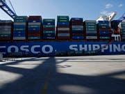 Ein Cosco-Schiff am Hafen von Piräus: Hier sollen kriminelle Banden an einem riesigen Zoll- und Steuerbetrug beteiligt sein. (Bild: KEYSTONE/EPA ANA-MPA/YANNIS KOLESIDIS)