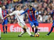 Das Duell der beiden Giganten: Cristiano Ronaldo und Lionel Messi (Bild: KEYSTONE/AP/MANU FERNANDEZ)