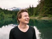"""Mit seinem neuen Roman """"Der letzte Schnee"""" hat der Bündner Autor Arno Camenisch die Herzen der Buchhändlerinnen und Buchhändler erobert. (Bild: Keystone/CHRISTIAN BEUTLER)"""