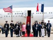 Frankreichs Präsident Emmanuel Macron und Gattin Brigitte bei ihrer Ankunft in Washington (Bild: KEYSTONE/EPA/JIM LO SCALZO)