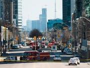In diesem Strassenabschnitt im Zentrum Torontos wurden nach jüngsten Polizei-Angaben neun Personen von einem Lieferwagen getötet. (Bild: KEYSTONE/AP The Canadian Press/NATHAN DENETTE)