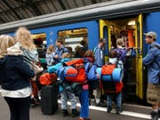 Im öffentlichen Verkehr kommt es nächstes Jahr zu keinen allgemeinen Preiserhöhungen: Dank Mehrwertsteuersenkung sowie der Einführung des Ausflugs-Abos können Freizeit- und Gelegenheitsfahrer sogar von vergünstigten Tickets profitieren. (Bild: KEYSTONE/REGINA KUEHNE)