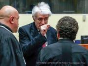 In Den Haag hat am Montag der Berufungsprozess des früheren bosnischen Serbenführers Radovan Karadzic (Mitte) begonnen. Der 72-Jährigen fordert im Völkermord-Prozess einen Freispruch. (Bild: Keystone/EPA REUTERS POOL/YVES HERMAN / POOL)