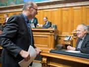 Bauernverbands-Präsident Markus Ritter (CVP/SG) und Landwirtschaftsminister Johann Schneider-Ammann sprechen jetzt auch ausserhalb des Ratssaals wieder zusammen. (Bild: KEYSTONE/ANTHONY ANEX)