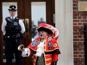 Stadtschreier Tony Appleton verkündet vor dem St. Mary's Hospital die Geburt des royalen Babys. So viel ist bekannt: Es ist ein Knabe. (Bild: KEYSTONE/AP/KIRSTY WIGGLESWORTH)