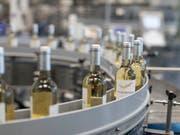 """Konsumenten und Konsumentinnen in der Schweiz ersetzen Schweizer Wein offenbar nicht gerne durch ausländischen: Abfüllanlage der Weinabfüllerei """"Cave"""" in Pratteln BL. (Bild: Keystone/GAETAN BALLY)"""