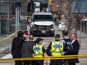 Im Hintergrund ist der weisse Lieferwagen zu sehen, mit dem in Toronton zehn Personen getötet wurden. (Bild: KEYSTONE/AP The Canadian Press/AARON VINCENT ELKAIM)