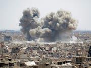 Selbst die syrische Hauptstadt Damaskus ist vom Krieg nicht verschont: Rauch über dem Viertel Hadschar al-Aswad, das von der Terrormiliz Islamischer Staat (IS) drangsaliert wird (Aufnahme vom 24. April 2018). (Bild: KEYSTONE/EPA/YOUSSEF BADAWI)