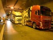 Vier Lastwagen und ein Auto waren involviert in einen Unfall im Tunnel Eich auf der A2. (Bild: Luzerner Polizei)