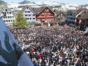 Die Innerrhoder Landsgemeinde in Appenzell vom 29. April 2018 wird erstmals von Dometschern in Gebärdensprache übersetzt (Archivbild Landsgemeinde 2017) (Bild: KEYSTONE/THOMAS DELLEY)
