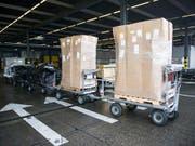 Blick in den Frachtverlad des Flughafen in Zürich: Die Schweizer Exporte sind im ersten Quartal 2018 um 0,2 Prozent gestiegen. (Bild: KEYSTONE/ENNIO LEANZA)