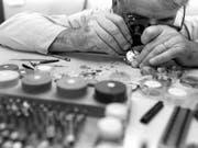 Ein Uhrmacher bei der Arbeit in einer Uhrenmanufaktur 1995. Die Uhrenindustrie setzte jahrelang Radium als Leuchtmittel für selbstleuchtende Zifferblätter ein. (Symbolbild) (Bild: KEYSTONE/ARCHIVE)
