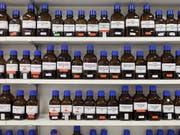 Der Bund bewilligte im Jahr 2014 eine Lieferung von Isopropanol nach Syrien, eine Substanz für die Herstellung von Pharmazeutika, aber auch von Chemiewaffen. (Symbolbild) (Bild: KEYSTONE/GAETAN BALLY)