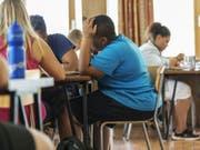 Immer noch ist jedes vierte Kind auf der Oberstufe übergewichtig. (Bild: Keystone/CHRISTIAN BEUTLER)