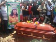 Dorfbewohner trauern nach dem gewaltsamen Tod von Arévalo: Zwei Einheimische sollen den Mann getötet haben, der mutmasslich im Drogenrausch die Schamanin erschossen haben soll. (Bild: KEYSTONE/AP La Gaceta Ucayalina)