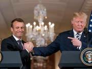 Komplizenhafter Händedruck während der Medienkonferenz von US-Präsident Donald Trump (r) und seinem französischen Gast Emmanuel Macron. (Bild: KEYSTONE/AP/ANDREW HARNIK)