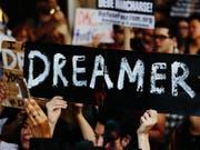 """US-Präsident Donald Trump darf das Programm zum Schutz junger Einwanderer (""""Dreamer"""") vorerst nicht einstellen. (Symbolbild) (Bild: KEYSTONE/EPA/ALBA VIGARAY)"""