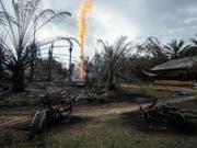 Verbrannte Motorräder nahe des Ölbohrlochs, aus dem nach der Explosion eine riesige Feuersäule stieg. (Bild: Keystone/EPA/ZIKRI)