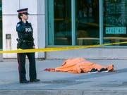 Die Mehrheit der Opfer der Todesfahrt auf einem Trottoir im kanadischen Toronto vom Montag waren Frauen. (Bild: KEYSTONE/EPA/WARREN TODA)
