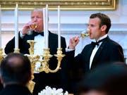 Französische Weine aus amerikanischen Kellern: US-Präsident Donald Trump empfängt zu seinem ersten Staatsbankett im Weissen Haus Frankreichs Präsident Emanuel Macron. (Bild: KEYSTONE/AP/SUSAN WALSH)