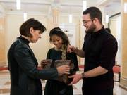 """Die damalige Bundespräsidentin Doris Leuthard spricht mit Jerica Moser und Renato Walker, zwei der Sonderpreisgewinner, an einem Treffen mit den Sonderpreisgewinnern des Nationalen Wettbewerbes 2017 von """"Schweizer Jugend forscht"""". (Bild: KEYSTONE/ANTHONY ANEX)"""