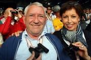 Mit Ferngläsern ausgerüstet auf der Tribüne: Nidwaldens FDP-Nationalrat Edi Engelberger mit seiner Ehefrau Doris. (Bild André Häfliger/Neue LZ)
