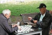 Zeit fürs Kartenspiel im Freien. (Bild: Herbert Huber)
