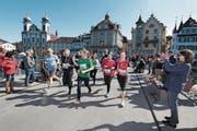 Nicht zu übersehen – die Läufer der «KulturLegi» in den roten Shirts: Dem Projekt von Caritas Schweiz kommt der diesjährige Erlös des Solidaritätslaufs zugute. (Bild: Roger Zbinden)